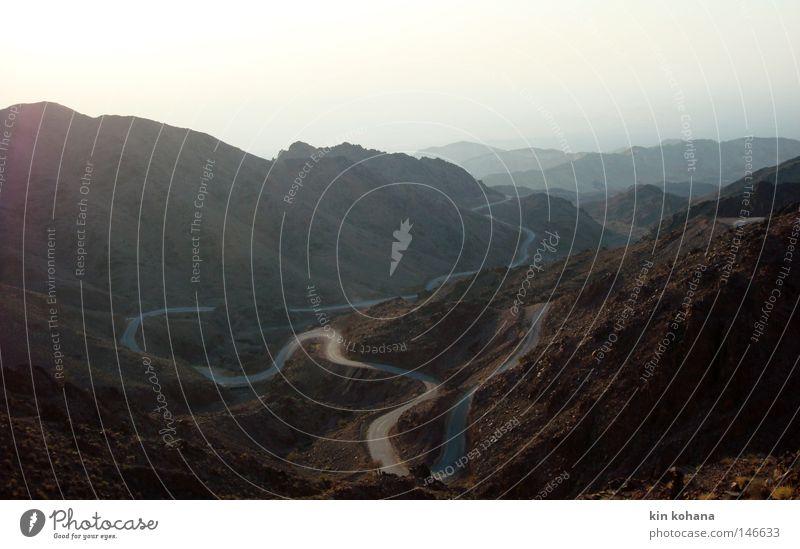 erwartung faszinierend Wüste Physik trocken Dürre Ferne Horizont glänzend Sonne Licht Berge u. Gebirge Felsen Stein Sandstein Wege & Pfade Asphalt Einsamkeit