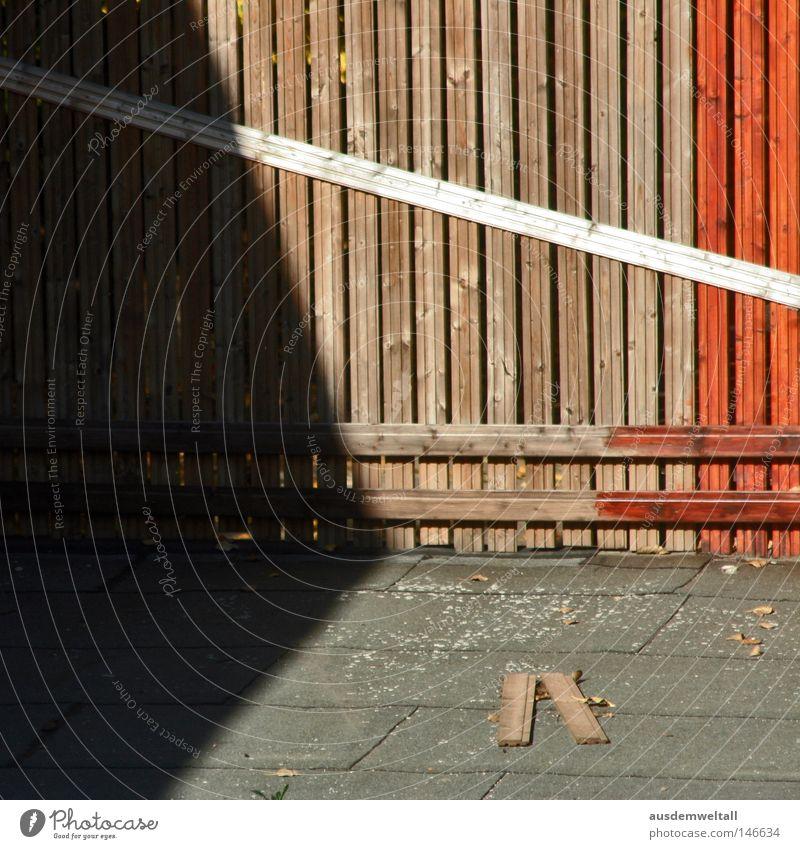 Eine von Menschen geschaffene Abgrenzung Zaun Holz Holzbrett rot braun Licht Farbe Sicherheit gestellt Natur Schatten Bodenbelag Außenaufnahme
