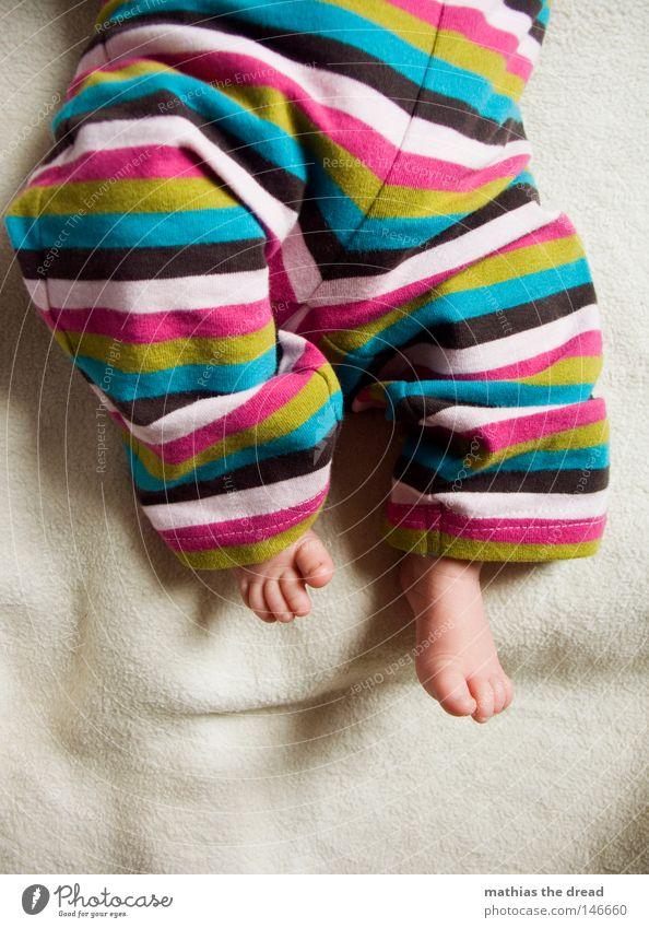 BAGGYSTYLE Baby liegen Decke Bildausschnitt Anschnitt Kind Nachkommen Kinderfuß strampeln Kinderbein Vor hellem Hintergrund