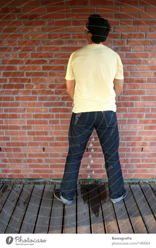 ohne manieren! Mensch Mann Wasser rot Freude Haus gelb Wand Mauer Regen lustig Wassertropfen Rücken streichen Toilette Backstein