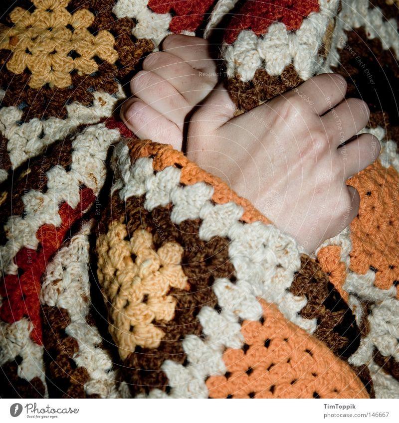 Ich bin Energiesparer! Hand Winter kalt Herbst Energie Finger Elektrizität Erkältung Krankheit Wohnzimmer frieren Decke Heizkörper Isolierung (Material) Heizung Schwäche