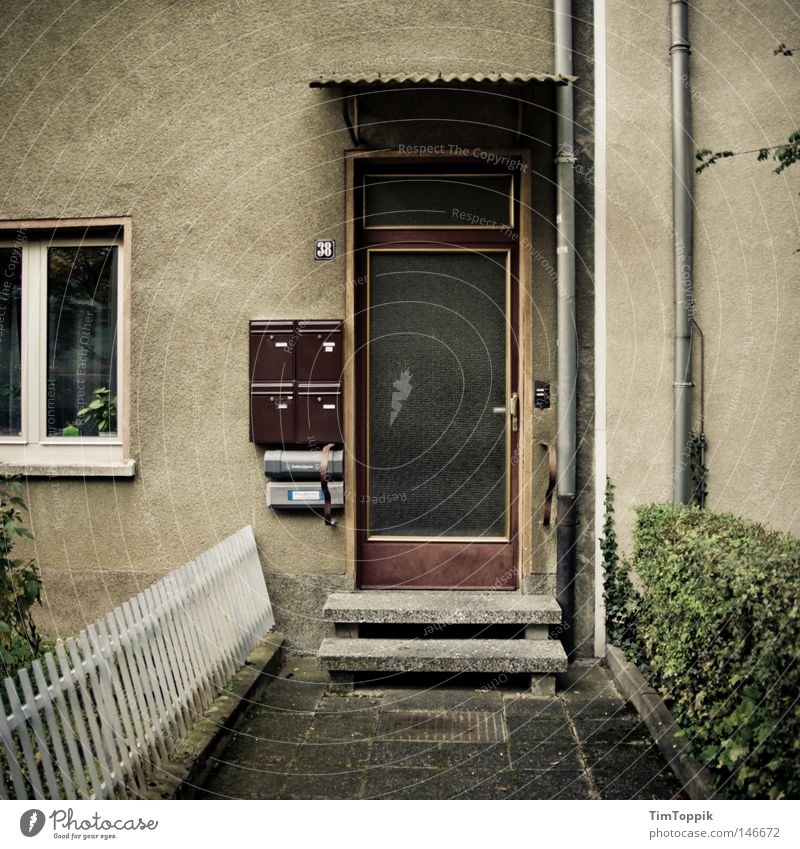 Bonjour tristesse alt Haus dunkel Fenster Traurigkeit Wohnung Trauer Häusliches Leben Eingang Frankfurt am Main Zaun schäbig Stadtteil Hecke sozial