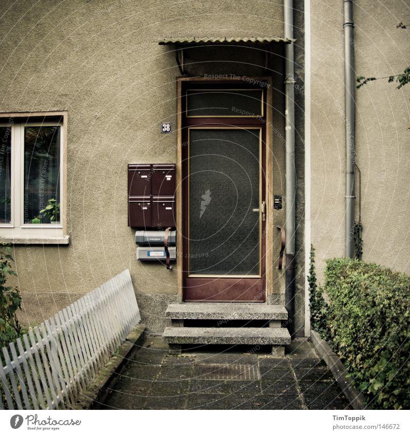 Bonjour tristesse Haus Wohnung Eingang Häusliches Leben Neubau alt schäbig Zaun Frankfurt am Main dunkel Vorgarten Hecke Trauer Eingangstür Briefkasten Fenster