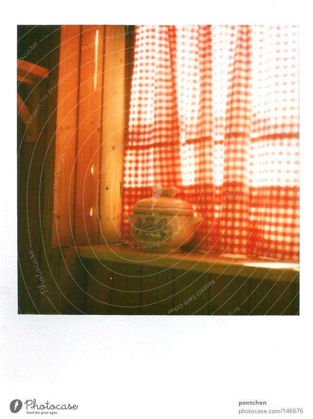 Bayerischer Weißwursttopf steht auf einem Fensterbrett vor rot-weißer Gardine. Kitsch, Tradition, Brauchtum Polaroid Licht Ernährung Schalen & Schüsseln Topf