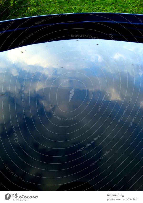 Himmel im Eimer Wasser Wolken Gras Wiese dunkel hell blau grün Farbe Kübel Fass Wassertank Behälter u. Gefäße gedreht Gegenteil Farbstoff Farben und Lacke Kraft