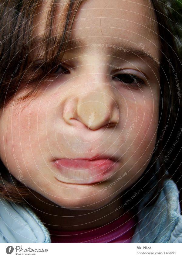 vorwitznas Mädchen Kind Grimasse Nasenspitze Wange Lippen drücken Stirn Schminke Witz Freude lustig platzen anstrengen Porträt Fensterscheibe Neugier Kopf