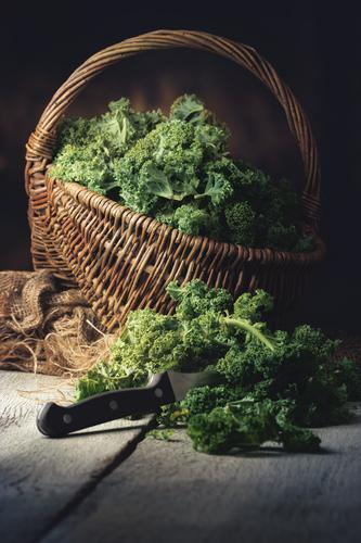 frischer Grünkohl in einem Korb Lebensmittel Gemüse Ernährung Mittagessen Abendessen Bioprodukte Vegetarische Ernährung Slowfood Messer Lifestyle Küche