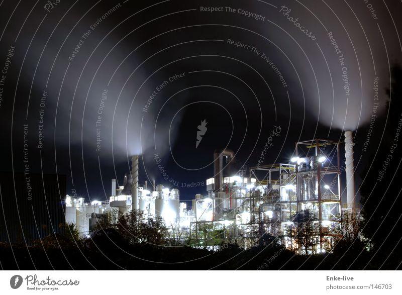 Arbeiten in der Nacht Wolken dunkel Arbeit & Erwerbstätigkeit Beleuchtung Industrie Turm Eisenrohr Unternehmen Schornstein Leitung Wasserdampf Spektakel