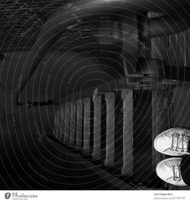 [HH08.3] in die ecke gedrängt. Frau tief unten Turnschuh Karriere Unsinn Beton Mauer Hälfte schwindelfrei Absturz Keller Stahl Schwäche Mut Angst eng abwärts