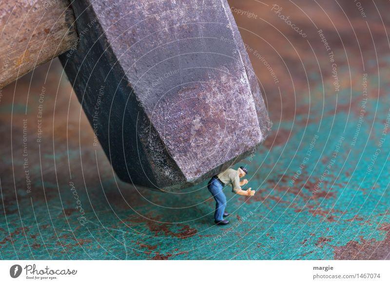 Miniwelten - Immer auf die Kleinen... Mensch Mann grün Erwachsene klein braun Metall maskulin Angst gefährlich groß Baustelle Todesangst Stress Gewalt Handwerk