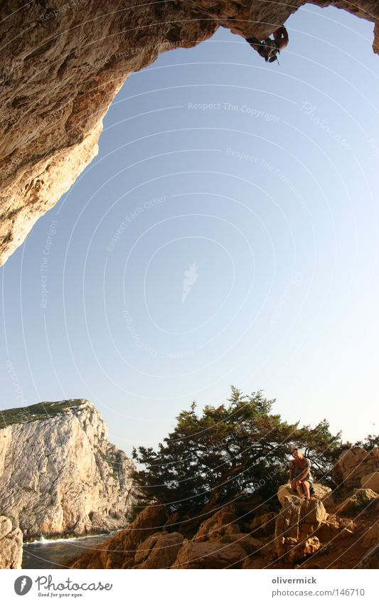 cliffhanger Sardinien Alghero Bergsteigen Klettern Freeclimbing Eisklettern Höhle Capo Caccia Felsen Kalk Insel Meer Mut Bergsteiger schwierig Himmel