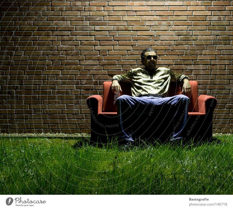 Prolo in der Nacht Sofa Proletarier Linie Sonnenbrille Pornographie Türsteher Mann Mauer Gras dunkel Wiese Wohnzimmer Licht Langzeitbelichtung hocken lässig