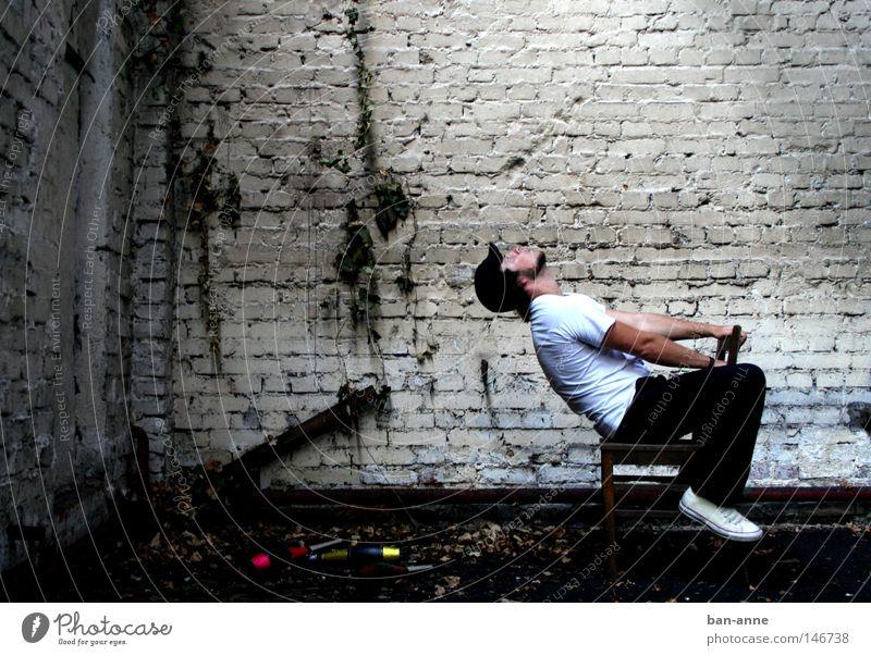 Deckenfluter Wand Fabrik Mensch sitzen Schatten dunkel Mann Industrie