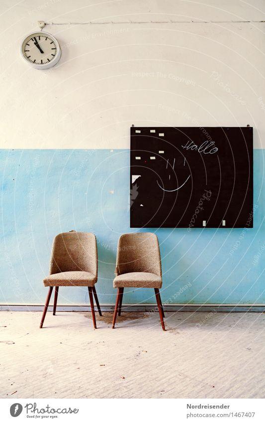 Aus der Zeit gefallen | Retro Ferne Wand Architektur Innenarchitektur Stil Mauer Design Raum Uhr Ordnung ästhetisch warten retro Vergänglichkeit Zeichen planen