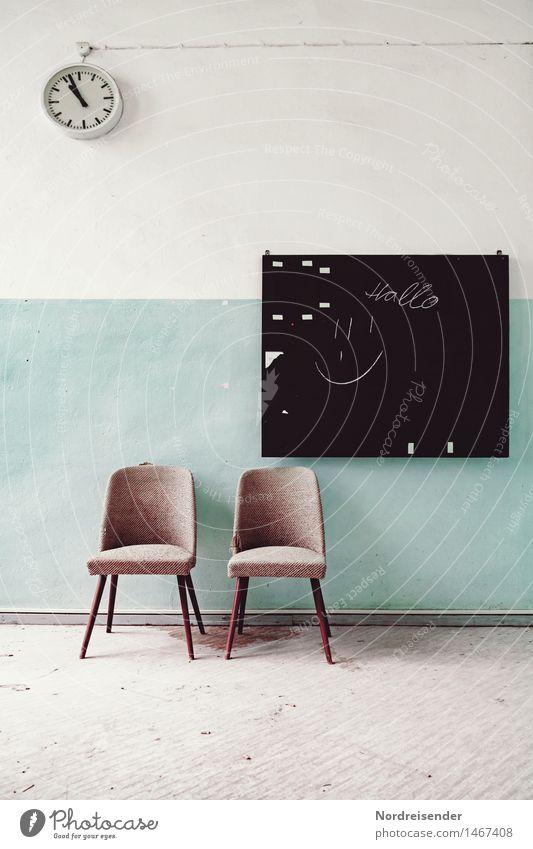 Klassiker Innenarchitektur Möbel Uhr Sessel Stuhl Raum Schule Sitzung Gebäude Architektur Mauer Wand Zeichen warten retro diszipliniert bescheiden ästhetisch