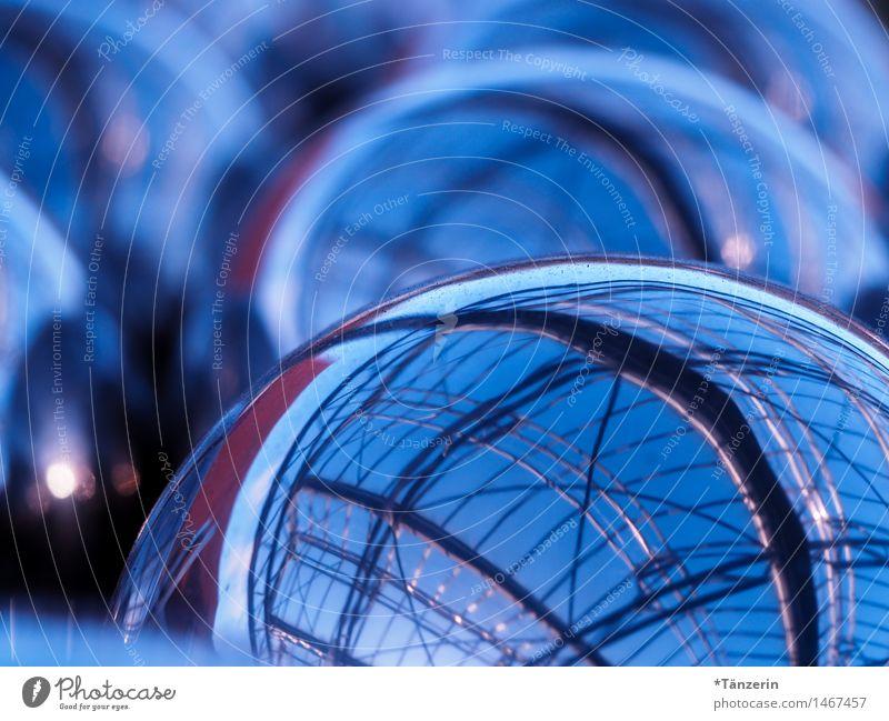 Gespiegelt Dekoration & Verzierung Kugel Metall glänzend kalt blau Farbfoto Gedeckte Farben Außenaufnahme Detailaufnahme abstrakt Tag Reflexion & Spiegelung