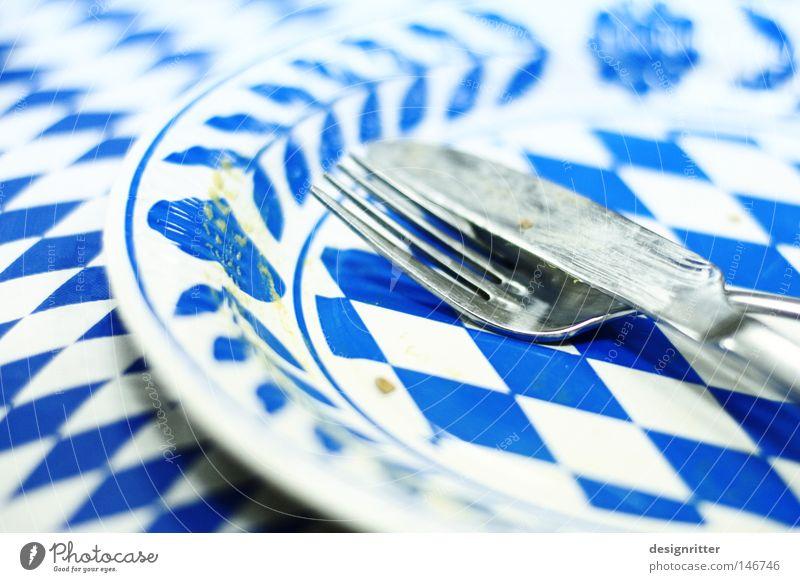 Nix Neues hinter´m Tellerrand blau Farbe weiß Feste & Feiern Ernährung leer Tisch Bayern Messer Alkoholisiert vergangen Tischwäsche Besteck Oktoberfest voll
