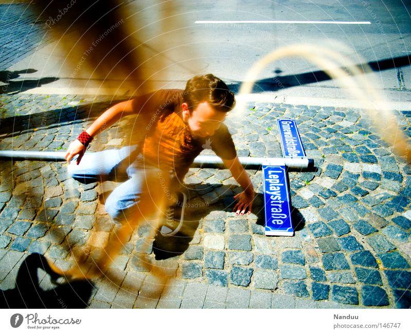 Stürmische Zeiten Mensch Mann Jugendliche Straße Herbst Haare & Frisuren blond Wind Schilder & Markierungen gefährlich Sturm obskur Bürgersteig skurril