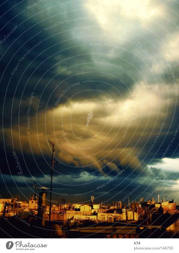 weather report Dach Stadt Schornstein Haus Antenne Wolken Himmel Unwetter Regen Sturm bedeckt schlechtes Wetter dunkel Licht Sonne blau gelb Abend