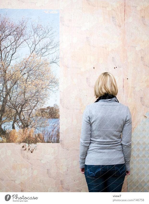 Nebenstehend Frau rückwärts hinten Hinterteil Gesäß Hose Jeanshose Jeansstoff Wand Fotografie Gemälde Poster Bild Publikum Blick Ausstellung Besucher Kunstwerk