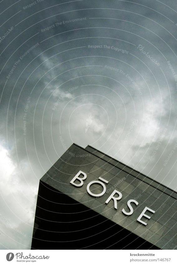 Auf und nieder immer wieder Farbfoto Außenaufnahme Wirtschaft Handel Kapitalwirtschaft Börse Wolken Unwetter Sturm Gebäude Schriftzeichen reich Krise Notfall