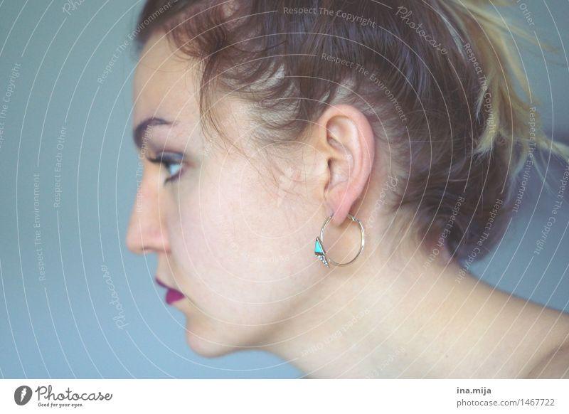 Profil einer Frau mit Ohrring Mensch feminin Erwachsene Leben 1 18-30 Jahre Jugendliche Accessoire Schmuck Ohrringe Haare & Frisuren brünett kurzhaarig