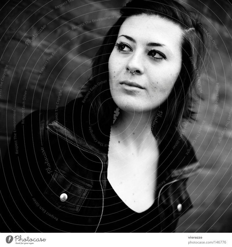 non. Jacke Lederjacke Herbst Schwarzweißfoto Backstein Backsteinwand Porträt Veilchengewächse analog Wange Wimpern lang Haare & Frisuren Haarschnitt jacket