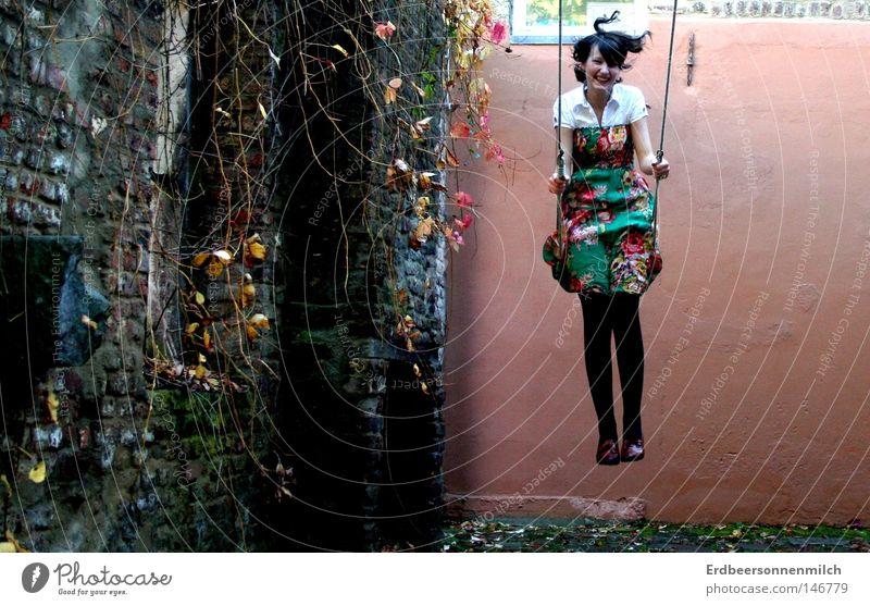 Hüpf in den Herbst Schaukel schaukeln Blatt rot orange grün Jahreszeiten Blume frei Freiheit Leben Gefühle Jugendliche Mut