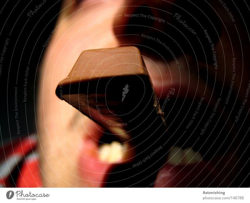 Schoko - Zigarre Schokolade Nussnugatcreme Ernährung Mund Gesicht süß braun Licht Schatten Gegenteil Kontrast Zähne Süßwaren beißen Biss Rauchen Essen