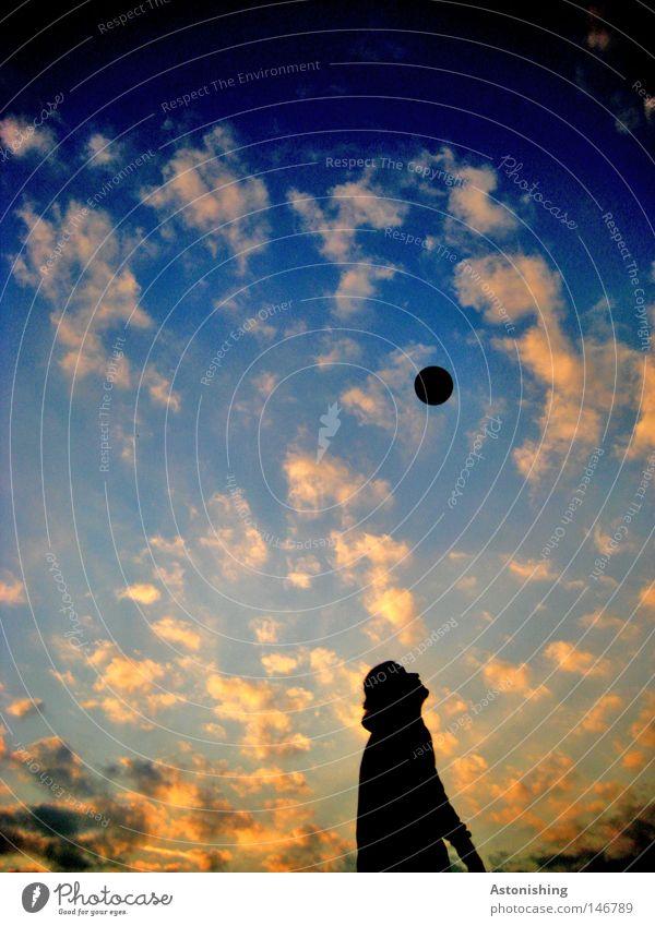 Nachsicht Mensch Himmel Mann blau Sonne Wolken schwarz gelb dunkel orange Fußball hoch Fußball Ball Kugel aufwärts