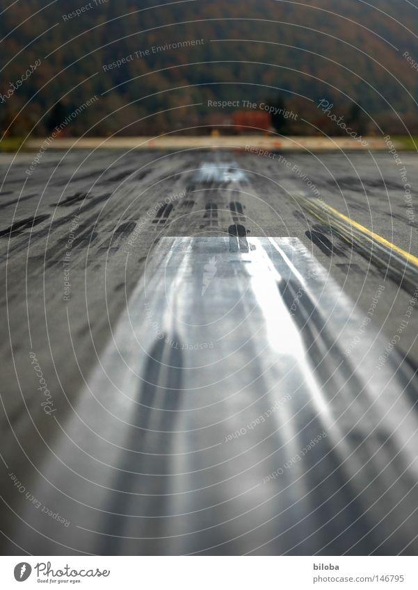 Achtung, achtung, Nr. 100 im Landeanflug schwarz Straße Wege & Pfade fliegen Beton Eisenbahn Geschwindigkeit Flugzeug Luftverkehr Flughafen Streifen Spuren