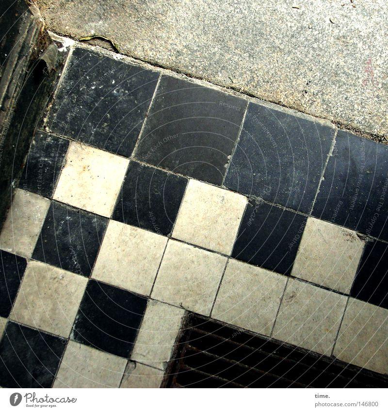 HH08.3 - Lagerhaus. Eingang. Ausgang. schön alt weiß schwarz Stein Tür Ecke offen Bodenbelag Fliesen u. Kacheln verfallen Quadrat Nostalgie