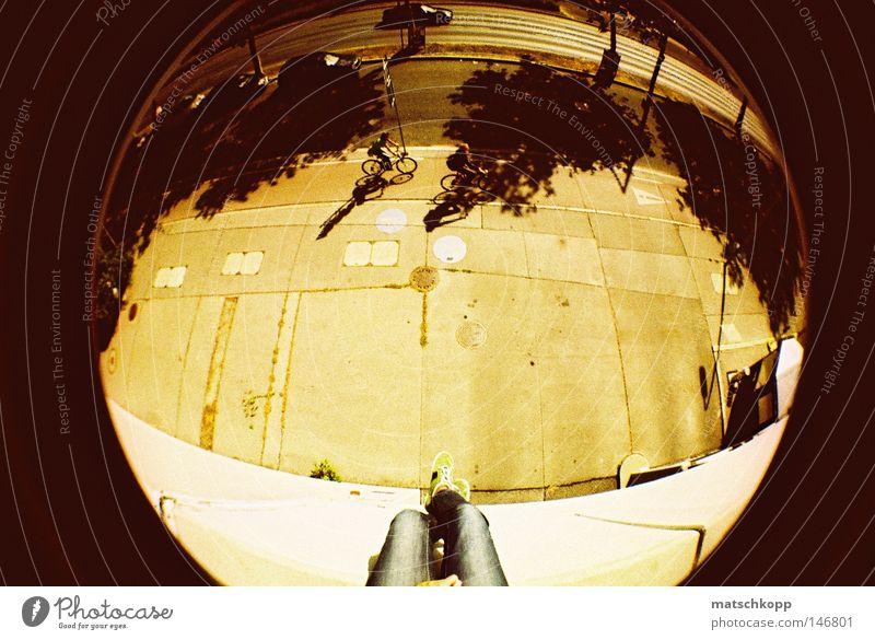 Round, Round Baby Fischauge Lomografie rund Wölbung analog Dia Verzerrung dreidimensional Beine sitzen ruhig Straße Am Rand Schatten Gelbstich Monochrom