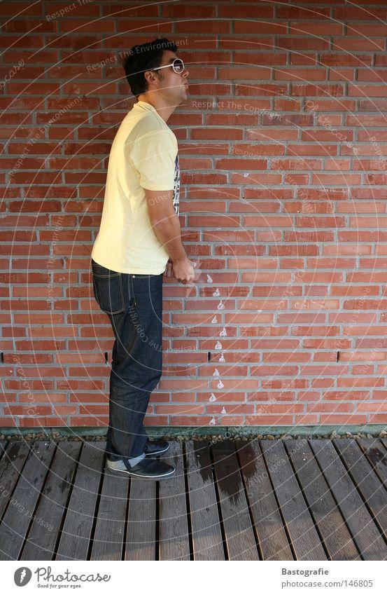 entschuldigen sie mich kurz bitte Mensch Mann Wasser rot Freude Haus gelb Wand Mauer Regen lustig Wassertropfen Rücken streichen Toilette Backstein