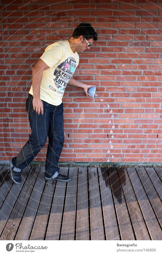 verschüttet Mensch Mann Wasser rot Freude gelb Mauer lustig Wassertropfen Müll fallen streichen Backstein Kreativität Fleck Sonnenbrille