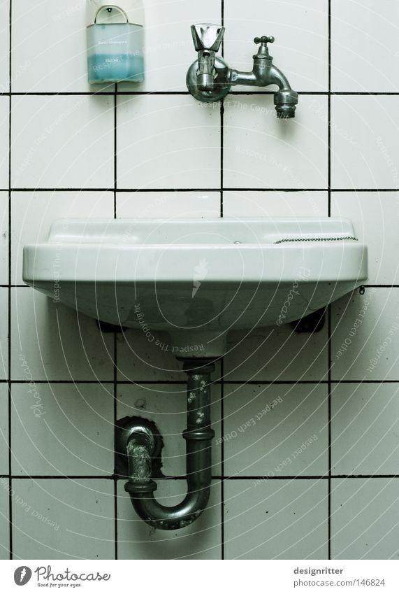 Siamesische Zwillinge Bad Waschhaus Waschbecken Abfluss Abflussrohr Wasserhahn Seife Wäsche Fliesen u. Kacheln alt verfallen gebraucht dreckig Sauberkeit