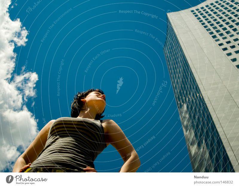 Irgendwann geht's wieder aufwärts Frau Mensch Jugendliche Himmel Sommer Wolken Kraft Architektur Deutschland Hochhaus Körperhaltung Ziel Mut stark