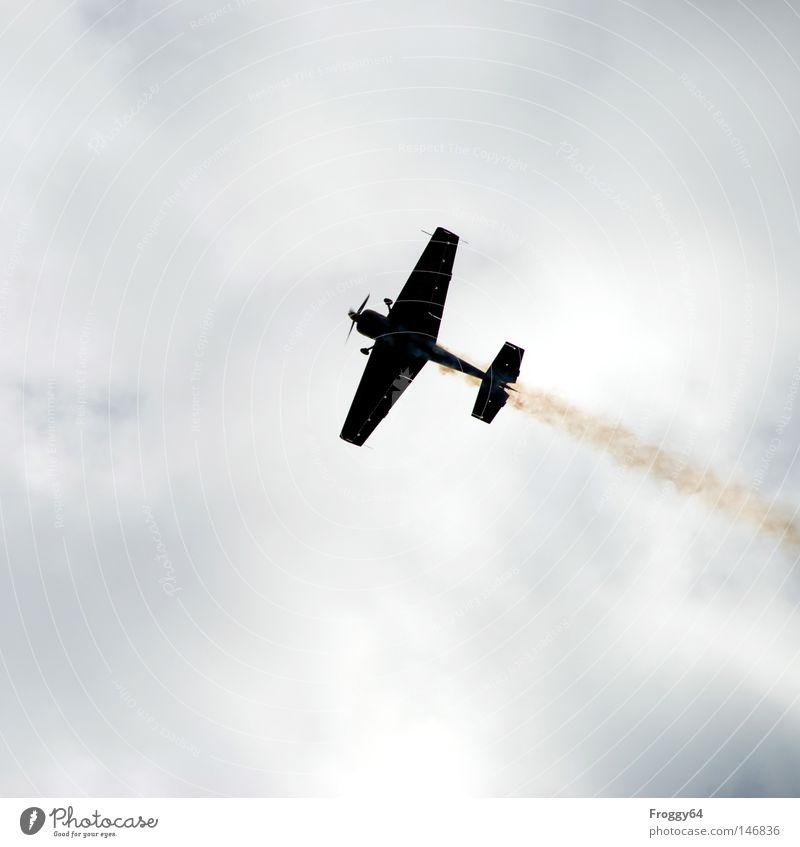 Kreuz und Quer Flugzeug fliegen Kunstflug Flugschau Show Wolken Abgas Propeller Flugzeugstart Flugzeuglandung Flughafen Extremsport Luftverkehr kür Himmel