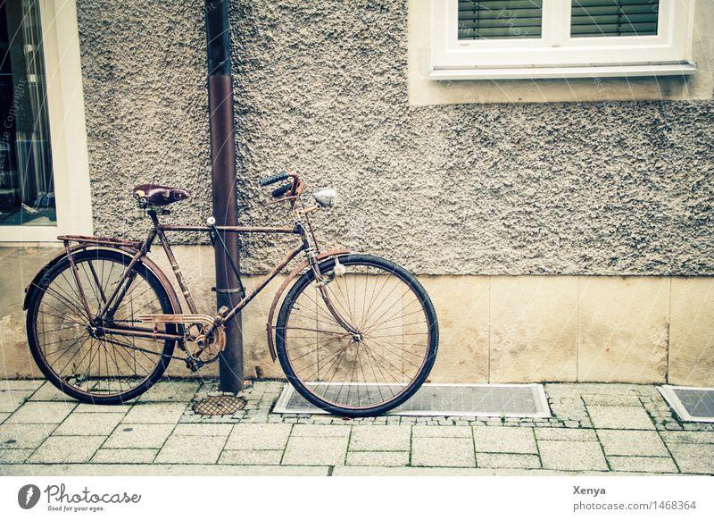 Retro Fahrrad an einer Wand Altstadt Haus Mauer Metall alt retro braun beige parken Bürgersteig Außenaufnahme Menschenleer Textfreiraum rechts Farbfoto Fassade