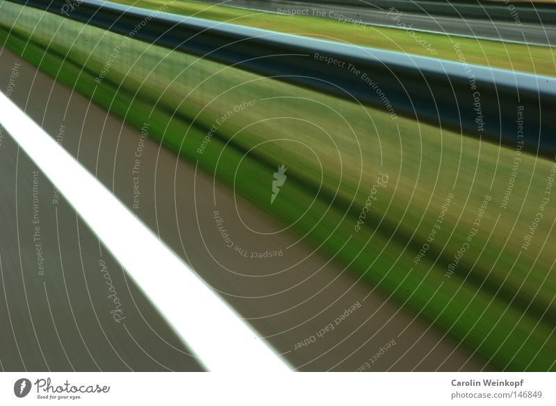 Rasen. Autobahn Schnellstraße Geschwindigkeit Leitplanke grün Seitenstreifen Straßenrand Wiese hellgrün dunkelgrün grau weiß Autofahren Fluchtpunkt weg hier