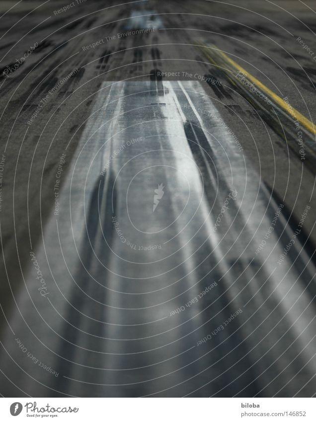 Gelandet! schwarz Straße Wege & Pfade Linie fliegen Beton Geschwindigkeit Luftverkehr Platz Streifen Flughafen Flugzeuglandung Gummi Landebahn Fahrradbremse