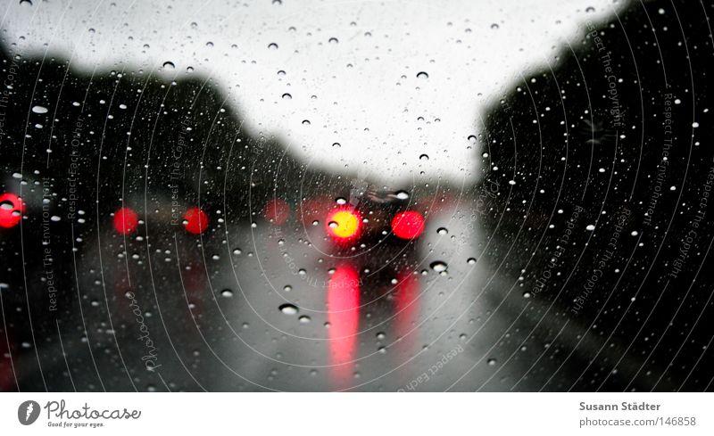Regenbahn PKW Regen Wetter KFZ Autobahn leuchten Verkehrswege Glätte Bremse Windschutzscheibe