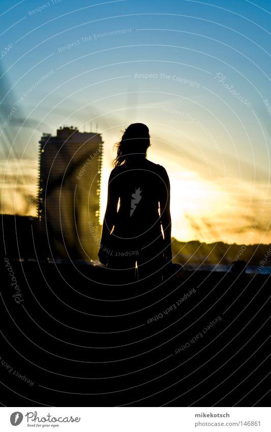 silhou.elle Jugendliche Wasser Sonne Meer blau Strand Haus schwarz gelb Gras Luft Hochhaus untergehen Block Sonnenuntergang
