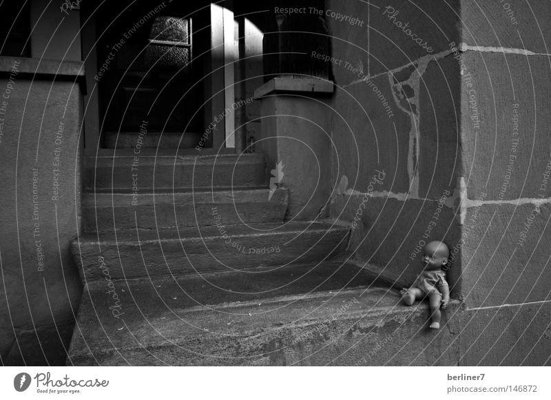 V-E-R-G-E-S-S-E-N Spielzeug Schatten vergessen Trauer sentimental Schwarzweißfoto Gefühle Puppe Mauer alte mauern Treppe Traurigkeit Tür