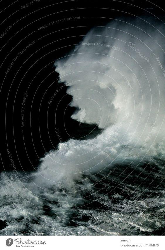 WasserWolke weiß Meer dunkel kalt Wellen nass spritzen Gischt Buhne spritzig