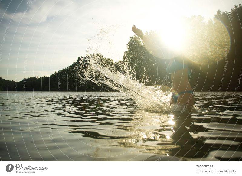 strahl Frau Himmel blau Wasser schön rot Sonne Sommer Freude Wolken Wald Haare & Frisuren Stil Linie Schwimmen & Baden Wind