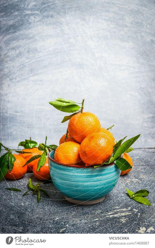 Tangerinen mit grünen Blättern in der blauen Schüssel Lebensmittel Frucht Dessert Ernährung Bioprodukte Vegetarische Ernährung Saft Schalen & Schüsseln Stil