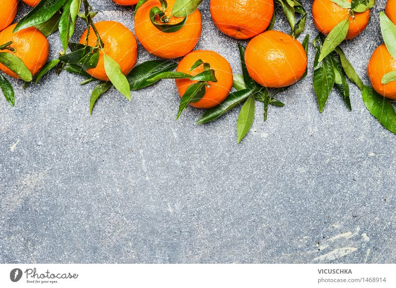 Mandarinen mit grünen Blättern Lebensmittel Frucht Orange Ernährung Bioprodukte Vegetarische Ernährung Diät Saft Gesunde Ernährung Tisch Natur gelb Design Stil