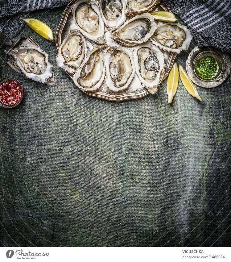 Geöffnete Austern mit Zitrone und verschiedenen Saucen Gesunde Ernährung Leben Essen Foodfotografie Stil Hintergrundbild Lebensmittel Design Tisch