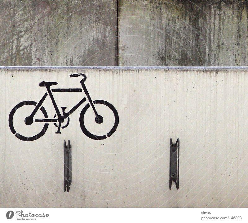 Ordnung ist das halbe Leben [III] Fahrrad Parkhaus Verkehr Beton Zeichen grau Ikon gemalt gesprüht Fahrradständer Halterung Parkplatz Regenwasser Wand Dinge